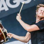 Dan Reynolds toca el tambor