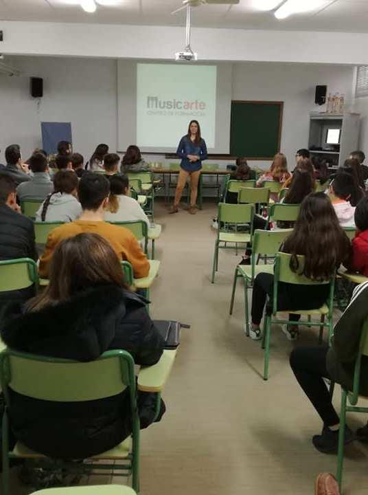 Yanira Carrillo, directora de Musicarte imparte una charla sobre emprender en el I.E.S Sanje