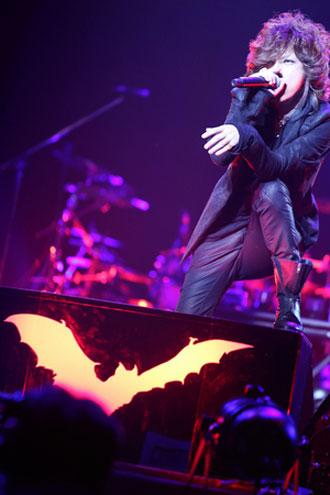 <写真>日本武道館公演で熱唱する黒夢・清春