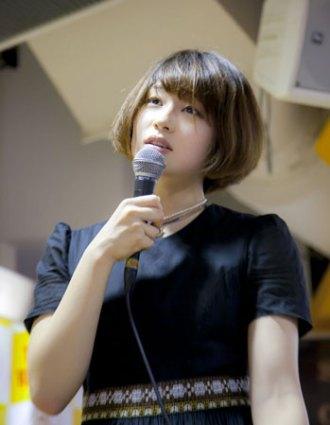 <写真>タワレコ新宿店に登場した水曜日のカンパネラのボーカル・コムアイ