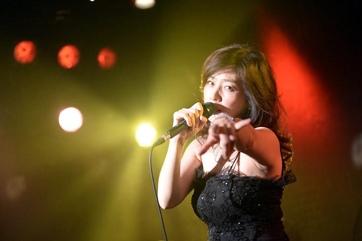 地元ライブで熱唱する黒いビジューのついたドレスを着た藤吉久美子の画像