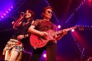 プロデューサーの織田哲郎もギターで参加