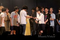 受賞者へ目録を渡す欅坂46平手友梨奈