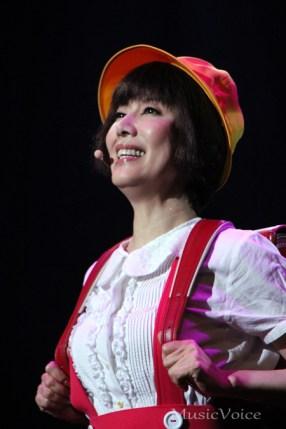子供時代の衣装を披露する戸田恵子