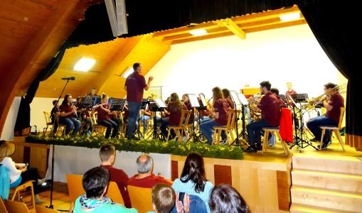 Daniel Seiringer dirigert seine Mukato Kids mit Hingabe und vollem (Körper-)Einsatz.