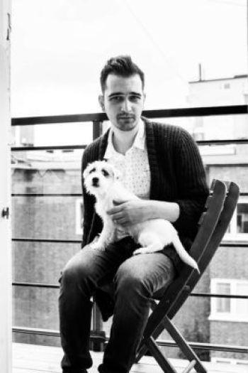 Koka Nikoladze med hunden på altanen.