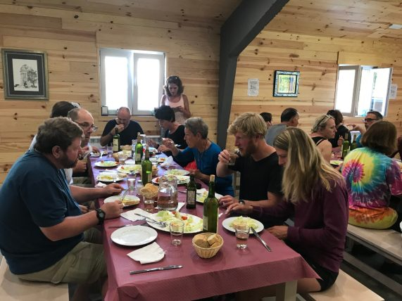 A Nave private Albergue communal meal