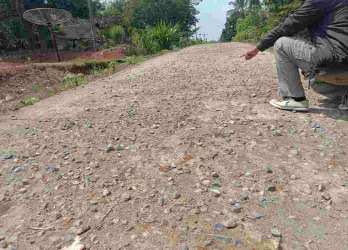 Warga Desa Trikarya Keluhkan Jalan Cor Beton yang Sudah Rusak