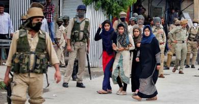 Wanita Kashmir dan para tentara