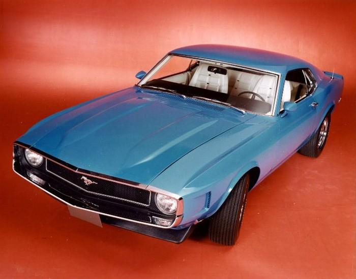 Grabber Blue  zprzodem charakterystycznym dla 1969 GT500