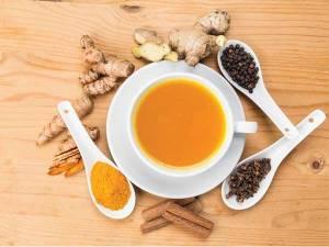 Yoga çayı bitkiler ve bardak içinde çay
