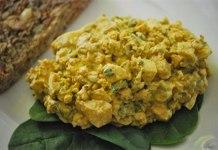 yaprak üzerinde körili yumurtalı salata