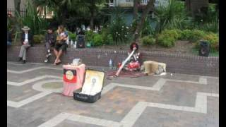 Aboriginals-playing-didgeridoo-at-Circular-Quay-Sydney