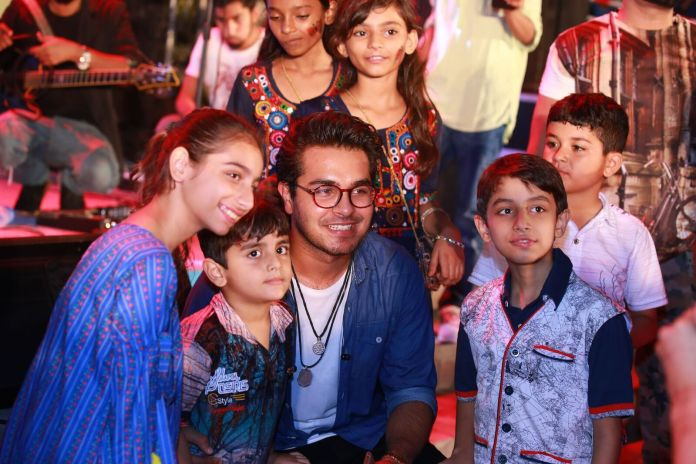 Asim Azhar having great time while making new buddies