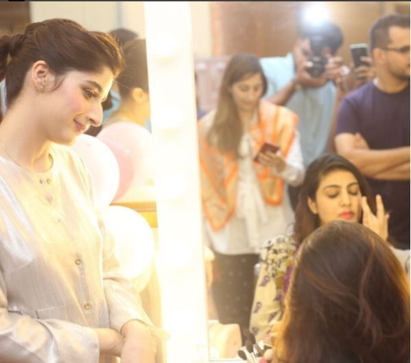 Mawra giving beauy tips to one of the winners