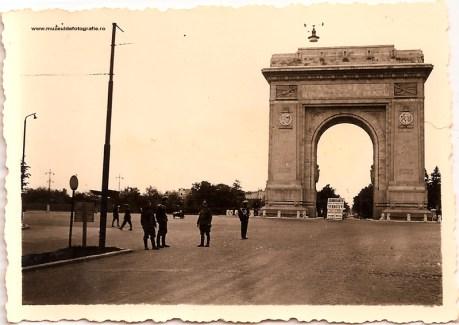 Soldati germani pozand langa Arcul de Triumf