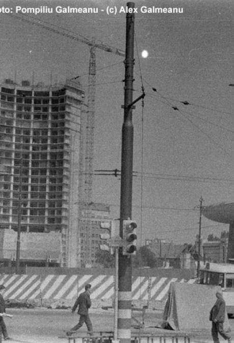 """Hotelul Intercontinental in 1985. La baza lui se vad panourile marcate """"M"""" ce ascund lucrarile de la metrou."""