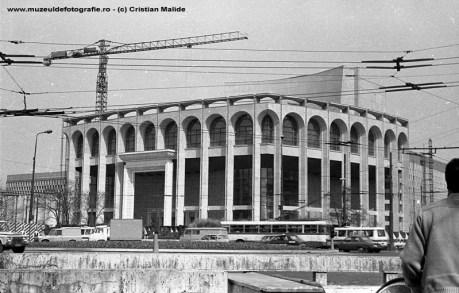 Cladirea Teatrului National De remarcat ca fatada este neterminata inca nu sunt montate ferestrele enorme de pe fatada. Macaraua ne atara ca probabil cladirea se afla in etapa finala a extinderii incepute in 1983.
