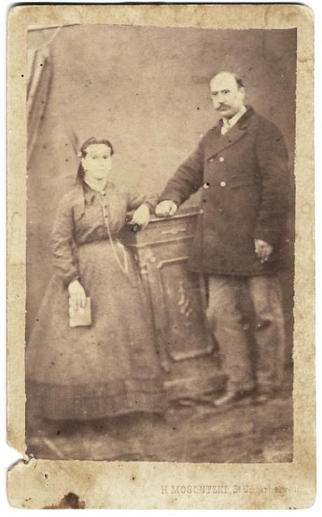 """Fotografie realizată de H. Mosontzki în regiunea Udvarhely (estul Transilvaniei). Pe verso este notat: """"Tatăl meu Lascăr Gheorghiu cu sora lui Tinca Trianolaf care locuia l Măinești, Bacău. Fotografie de pe la 1880"""""""