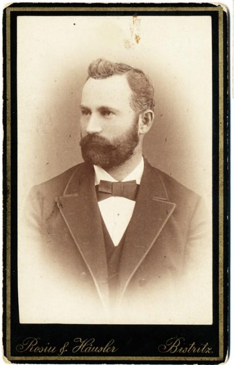 "Portret realizat de Rosiu & Hausler cu atelier la Bistrița. Pe verso este notat: ""Manu Gavril 1890"""