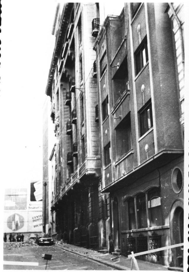 """""""Daramaturi provenind de la cladirea magazinului Fortuna au distrus autoturismul parcat in strada. Bucuresti 7 martie 1977"""""""