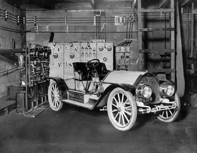 cca. 1910 - O mașină conectată la o stație de încărcare dintr-un garaj din Cleveland, Ohio.