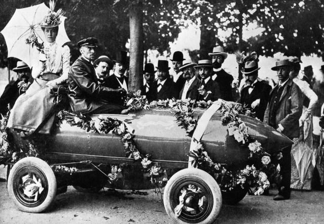 1899 - Camille Jenatzy conduce o mașină electrică în Paris.