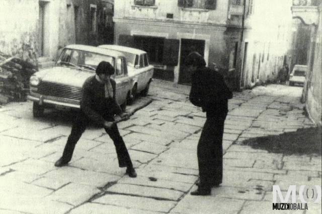Danilo Kocjančič in Jadran Ogrin igrata Pandolo med vajami, Koper 1965 (Foto: Franko Hmeljak)