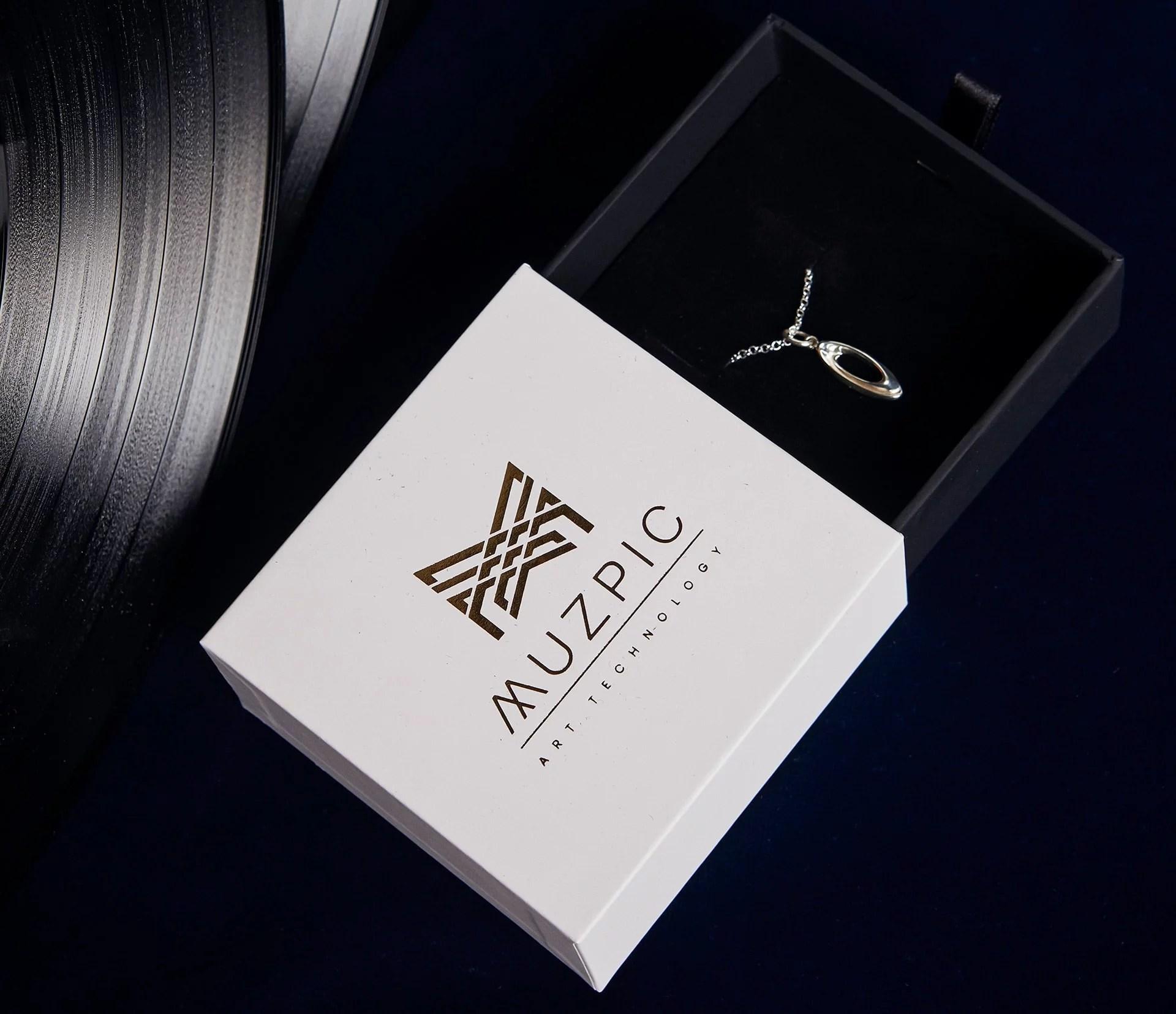 Regalo original pulsera de plata de primera ley personalizada en estuche de piel Muzpic.