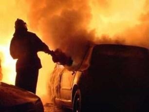 Ночью во дворе многоэтажки горел автомобиль