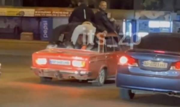 В Запорожье пьяные катались на крыше старого авто