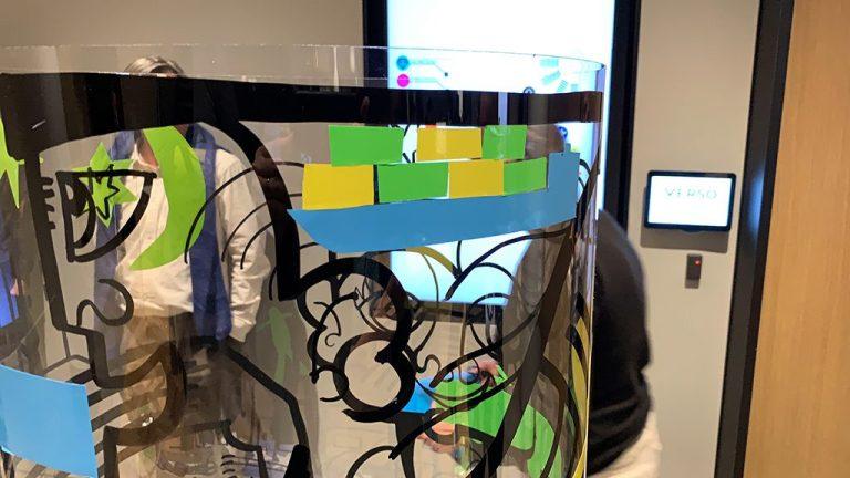 Team Building Créatif - détail d'une très belle idée réalisée avec des autocollants découpés. un bateau porte containers bleu avec des containers jaunes et d'autres verts