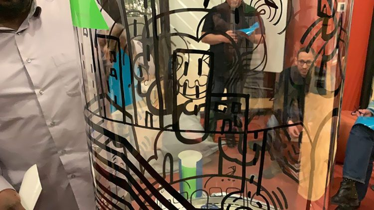 Zoom sur la fresque tube transparent Totem box My art box synergie