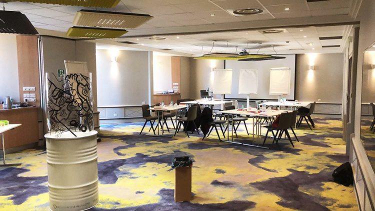 La Totem box synergie MYARTBOX installée dans un salon d'un Hôtel de la chaine Mercure en Isère