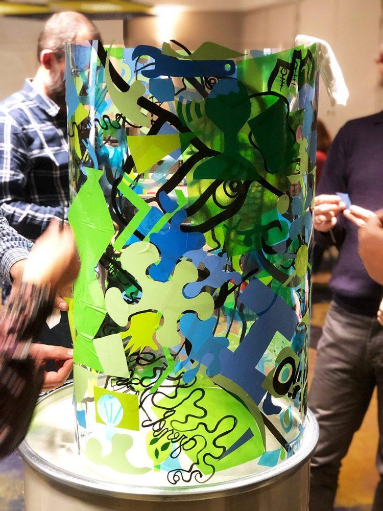 Un cylindre transparent MYARTBOX décoré suivant le programme créatif de coaching agilité