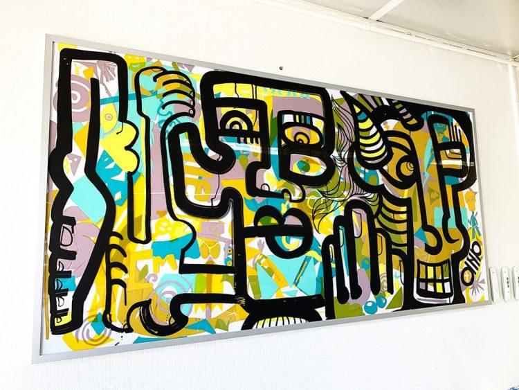 un tableau encadré réalisé en couleur et ligne noire sur plexi et encadrée dans profil aluminium Nielsen