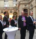 dans la cour de la mairie de Lyon, un groupe de 5 hommes en costumes lors d'un cocktail posent pour présenter dans leur main droite le cadeau reçu lors d'une animation portrait silhouette idée animation cocktail Lyon et toute la France