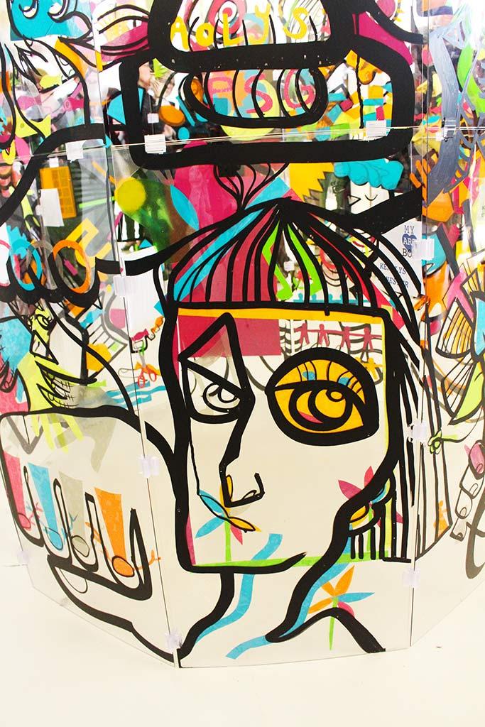 détail d'une œuvre sur plexi lexan transparent réalisée par l'artiste aNa lors d'un serious play fresque à Rennes pour my art box