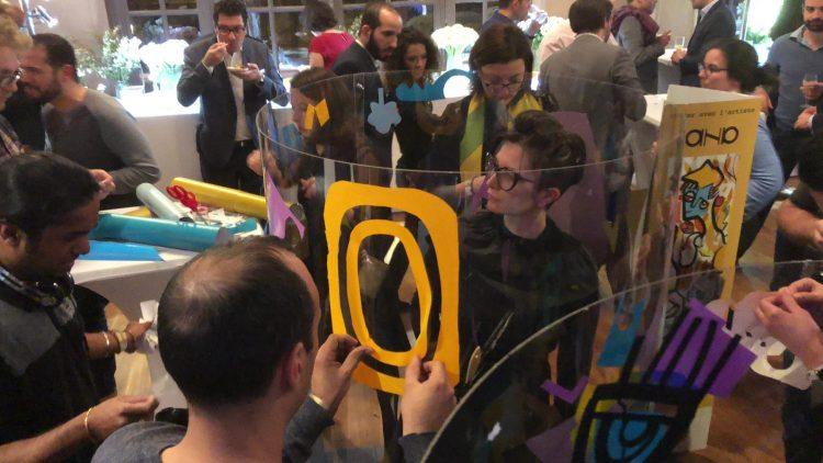 Performance artistique de aNa dans son tube géant plexi art au Trianon à Paris lors d'une soirée d'entreprise