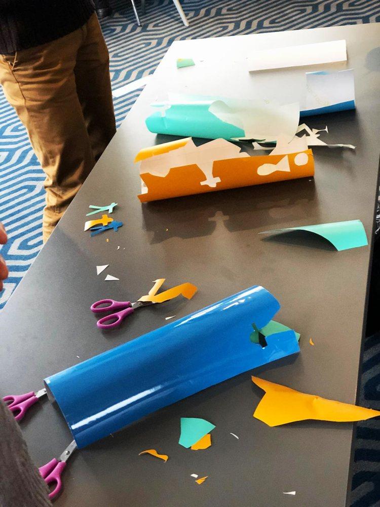atelier découpage de vinyle adhésif coloré pour faire des formes de poisson d'avril en atelier graffiti fresque