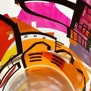 Tube plexi avec dessin noir et couleurs rouge orange rose par aNa artiste et My Art box idée cadeau anniversaire