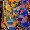 Des dizaines de formes multicolores adhésives découpées dans du vinyle lors d'une animation fresque en team building my art box Totem Box XL