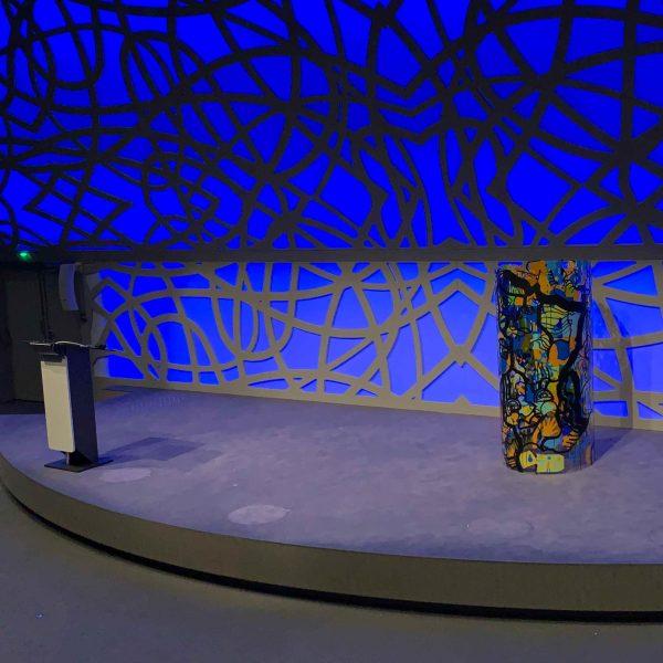 Une fresque d'art en entreprise Tube plexi aNa My Art Box présentée en cylindre sur scène lors de la restitution d'un séminaire à Rouen