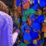 Des filles collent des idées d'animation cohésion originale sur un Tube transparent coloré lors d'une animation fresque Totem Box My Art Box
