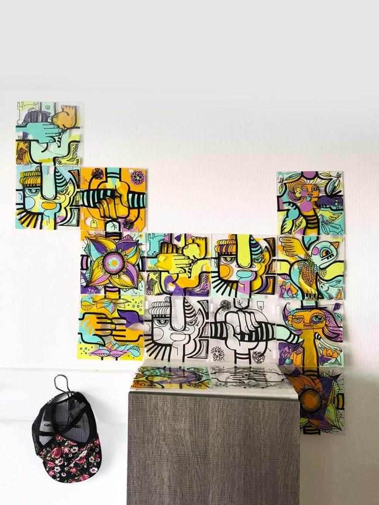 oeuvre commune par assemblage de carré de plexi décoratifs en forme libre fixée au mur au dessus d'un meublre