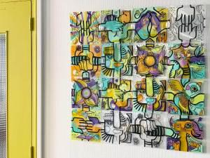 tableau coloré composé de 16 pièces de plexi assemblé lors d'une idée animation tététravail possible grâce au kit puzzle à distance My Art Box