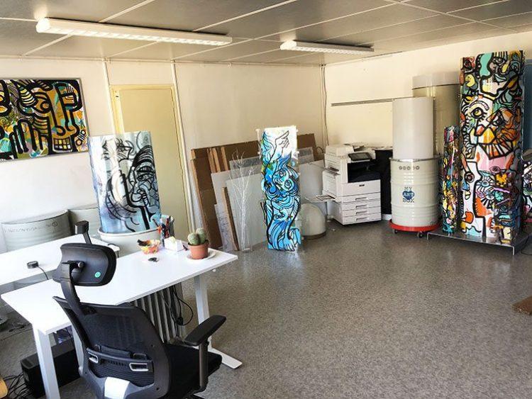 Showroom et salle activités ou Salon de 40m2 avec 2 fenêtre et une grande porte Couzon-au-Mont-d'Or dans Bureaux et Habitation à vendre situés au 1 rue Saint Léonard 69270 Couzon-au-Mont-d'Or