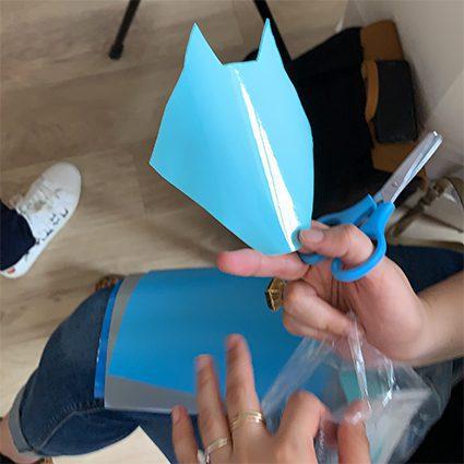 découpage d'adhésifs de couleurs lors du Team Building Créatif Lyon Totem Box fresque My Art Box