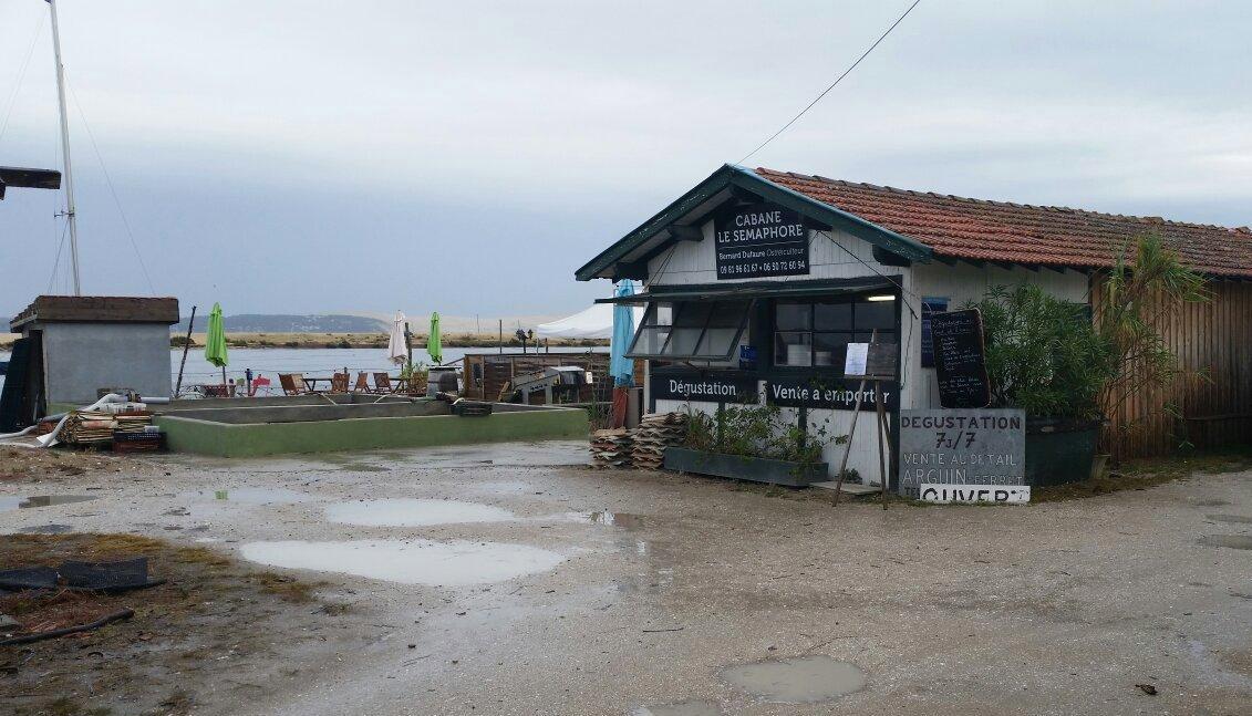 Cabane le Semaphore, dégustation d'huitres face au Mimbeau au Cap Ferret