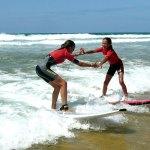 Deux surfeuses en plein cours de surf à l'ESCF Cap Ferret